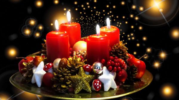 Bild zeigt Adventsgesteck mit vier brennenden Kerzen