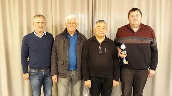 Gerd Göbbert (links) mit den drei erfolgreichsten Kartenspielern