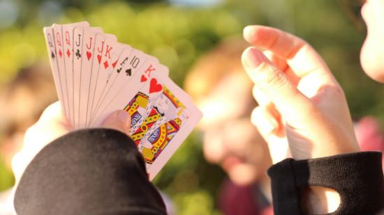Bild zeigt Hand mit Karten